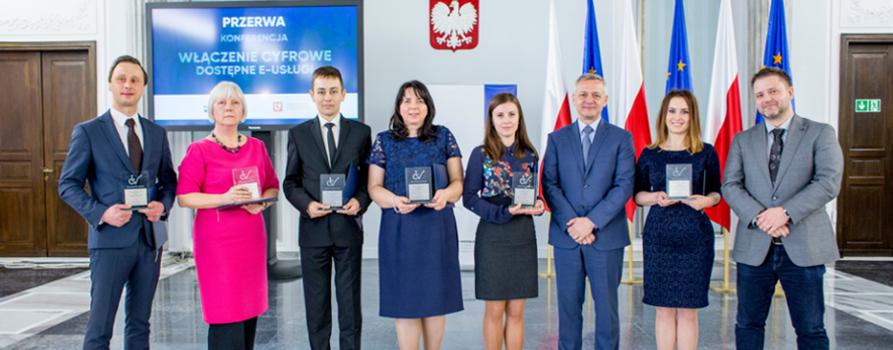 Laureaci konkursu Strona Internetowa bez Barier 2017 na zdjęciu grupowym.